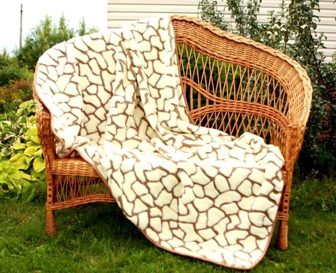 плед на плетеном кресле