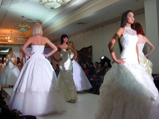 модели в свадебных нарядах