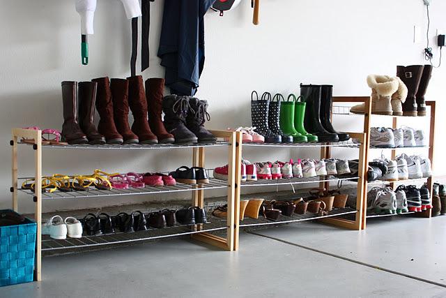 хранить обувь на полках