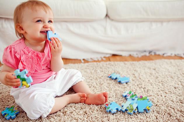 ребенок играет на ковре
