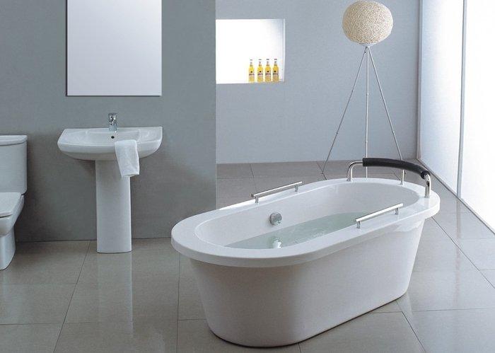 чистая белая ванна