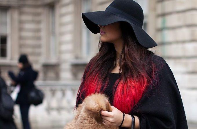 девушка с меховой сумкой